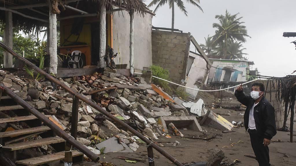 Ein Mann steht in Mexiko vor den Trümmern seines Hauses, das durch den Hurrikan «Grace» beschädigt wurde. Foto: Felix Marquez/AP/dpa