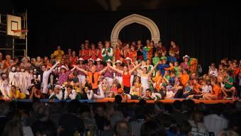 Die 180 Aktiven traten am Schluss der Turnshow gemeinsam auf die Bühne.