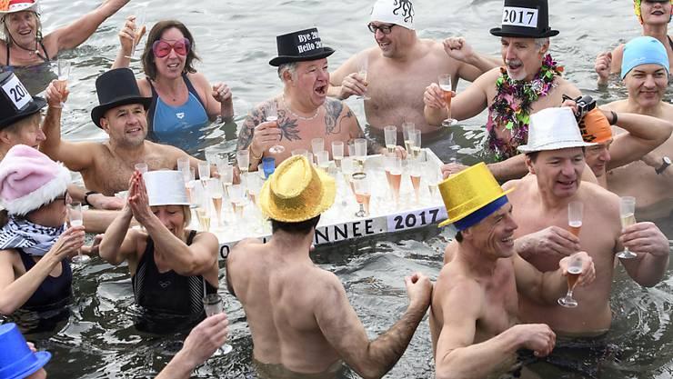 Mit einem Sprung ins kalte Wasser des Genfersees und einem Glas Champagner haben in Genf rund 50 Menschen Neujahr gefeiert.