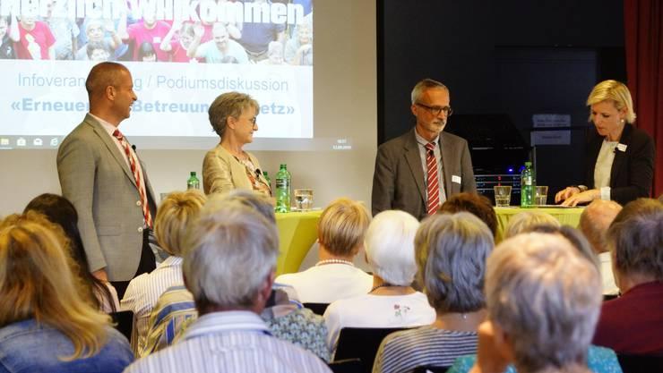 Die Arwo informierte über die anstehende Teilrevision des Betreuungsgesetzes. V.l.: Roland Meier, Maya Bally, Dr. Peter Walther und Melanie Bär.