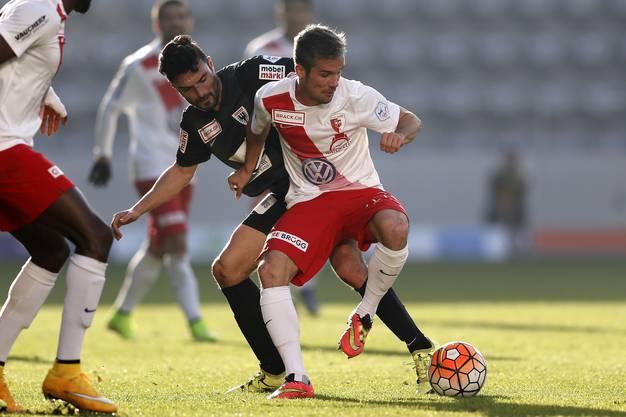 Luca Radice (l.) kann Torschütze Kamber den Ball nicht abluchsen.