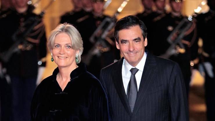 """Der Präsidentschaftskandidat der französischen Konservativen, François Fillon, und seine Frau Penelope stehen im Visier der Enthüllungszeitung """"Le Canard Enchaîné"""". (Archiv)"""