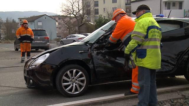Seon: Jungfahrerin (19) prallt mit ihrem Wagen gegen Seetalbahn