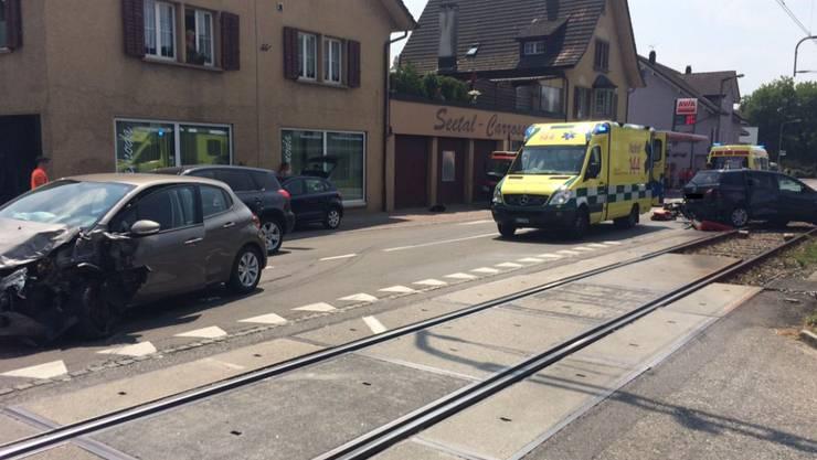 Heftiger Verkehrsunfall in Seon: Der Teambus des FC Sion rammt ein Auto.