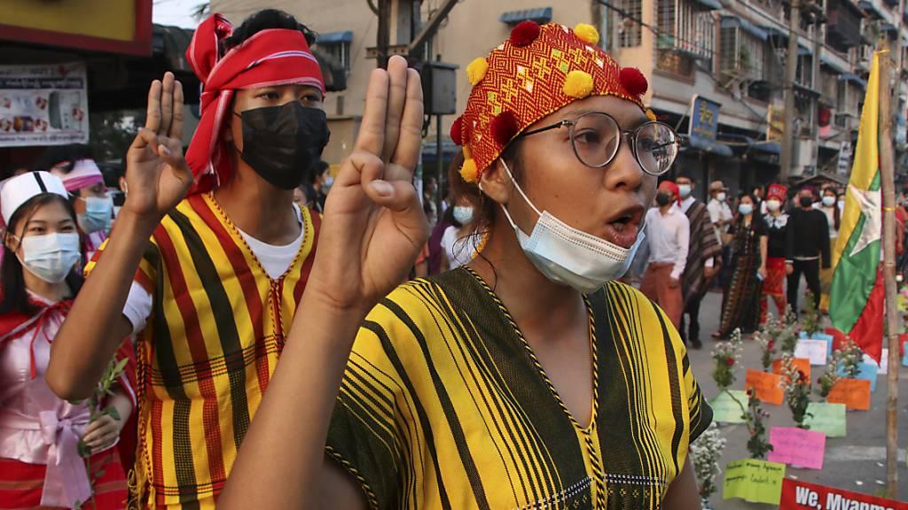 «Wohngebiete als Kampfzone»: Zahl der Toten in Myanmar steigt auf 320