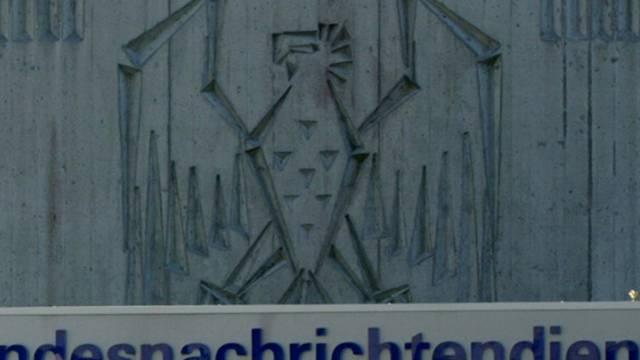 Das Logo vor der Zentrale des Bundesnachrichtendienstes bei München
