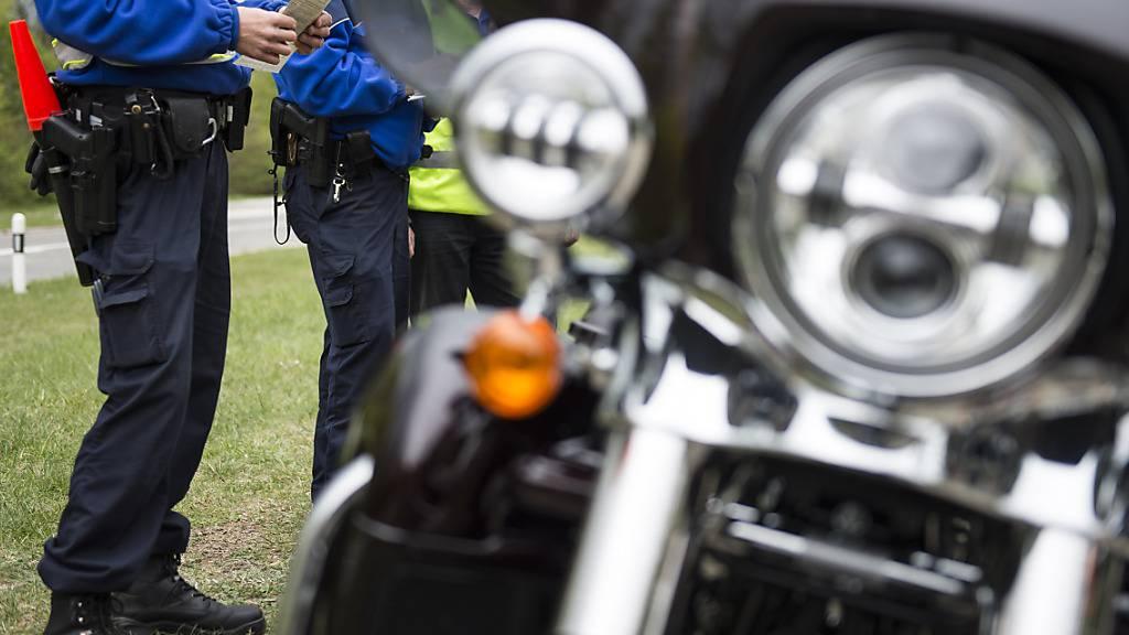 Gegen 20 Lenker wurden am Freitagabend von der Kantonspolizei Aargau verzeigt, weil sie zwischen Vordemwald und St. Urban bewusst ihre Motorräder und Autos aufheulen liessen. (Symbolbild)