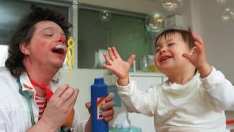 Nach der Begegnung mit den Spassmachern haben Kinder im Spital weniger Angst vor einer Operation. (Archiv)