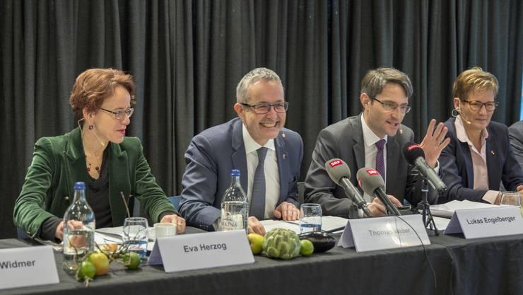 Der Geist der Freundschaft weht durch die Loge des St. Jakob-Parks: die Regierungsräte Eva Herzog, Thomas Weber, Lukas Engelberger und Sabine Pegoraro (von links).
