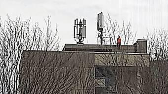 Auf dem Dach des Hochhauses sind Arbeiten im Gange.