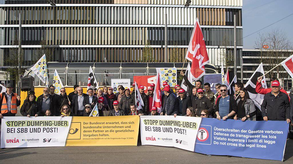 Rund achtzig Personen beteiligten sich am Dienstag an der Protestaktion der Gewerkschaften in Bern. Sie forderten das Ende der Zusammenarbeit zwischen SBB/Post und Uber.