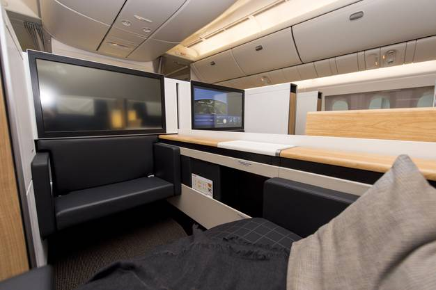 Die Sitze der First Class können zu einem Bett ausgezogen werden.