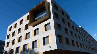 Die Groupe Mutuel - hier das Gebäude des Unternehmens im Wallis - zahlt ihren Versicherten Geld zurück (Archivbild).