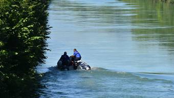 Die Polizei suchte lange mit Booten und an Land nach dem Vermissten.
