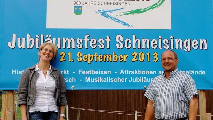 Gemeinderätin Susanne Frei und OK-Präsident Markus Spuhler orientieren über die Attraktionen am 21. September in Schneisingen. PID