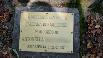 Diese Plakette befindet sich am Fusse von Antonellas Grabstein.