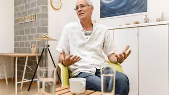Morgens unterrichtet Joseph Aschwanden Deutsch – nachmittags therapiert er Flüchtlinge hier in seinem Atelier.
