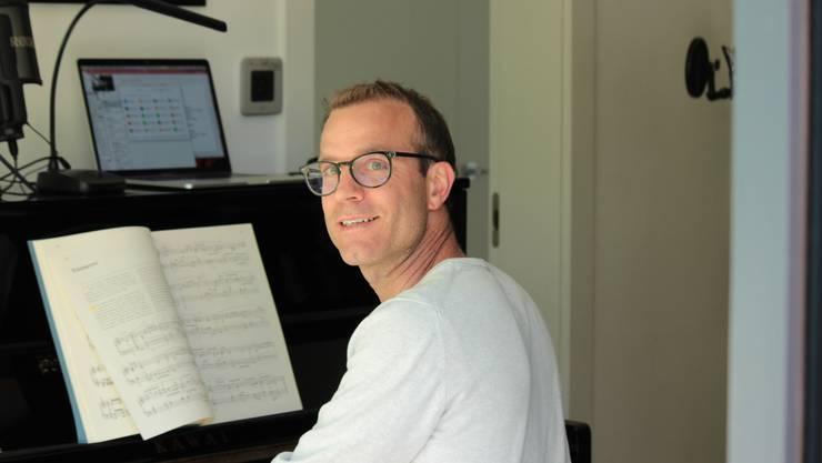 Komponist Peter Gubler an seinem Piano.