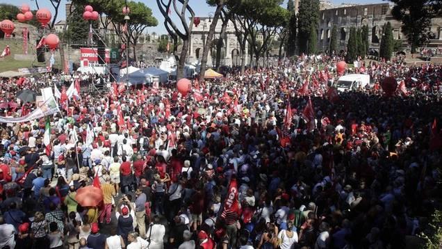 Tausende Italiener gehen auf die Strasse - hier in Rom beim Kolosseum