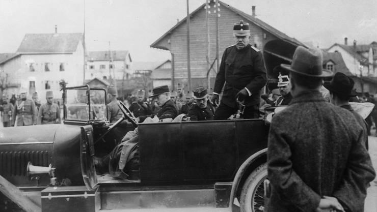 Der Oberbefehlshaber der Schweizer Armee, General Ulrich Wille, inspiziert am 21. April 1915 den Kommandoposten des Infanterie-Bataillons 20 in Laufen.