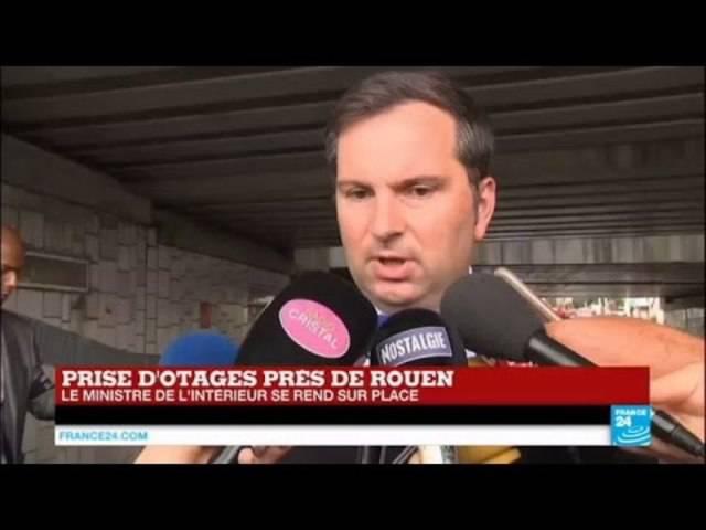 Pierre-Henry Brandet, Sprecher des Pariser Innenministeriums, informiert über die Geiselnahme in Saint-Etienne-du-Rouvray.