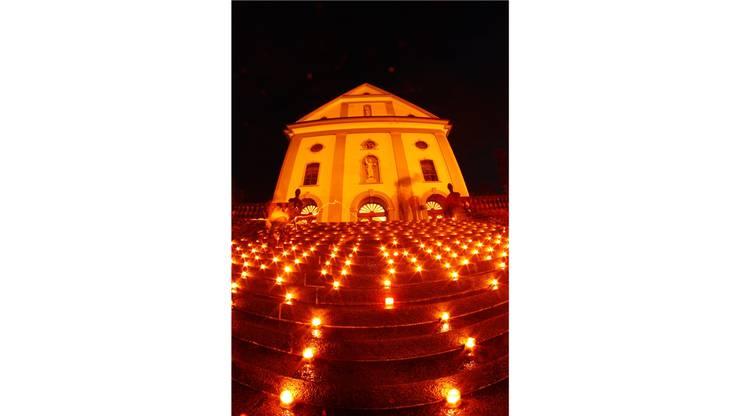 Die Lichter symbolisieren die Solidarität mit den Notleidenden.