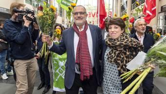Triumphaler Einmarsch der Ständeratskandidaten an der Universität Genf: Carlo Sommaruga (SP) und Lisa Mazzone (Grüne) liegen nach dem ersten Wahlgang in Front.