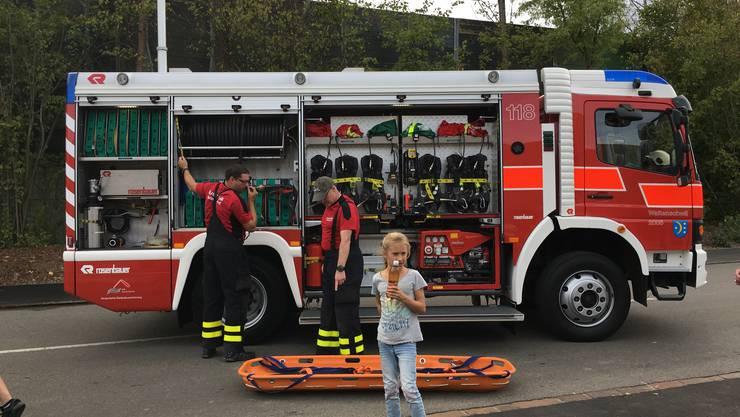 An der Eröffnung des neuen Feuerwehrmagazins und Werkhofs gab es viel zu sehen. Hier wurde eine Materialkontrolle an einem Feuerwehrauto durchgeführt.