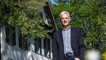 Jörg Scheibler auf dem Gelände des Neuhofs: Hier hat schon Pestalozzi gewirkt.