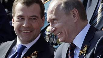 Staatspräsident Medwedew (l.) und Ministerpräsident Putin (r.) (Archiv)