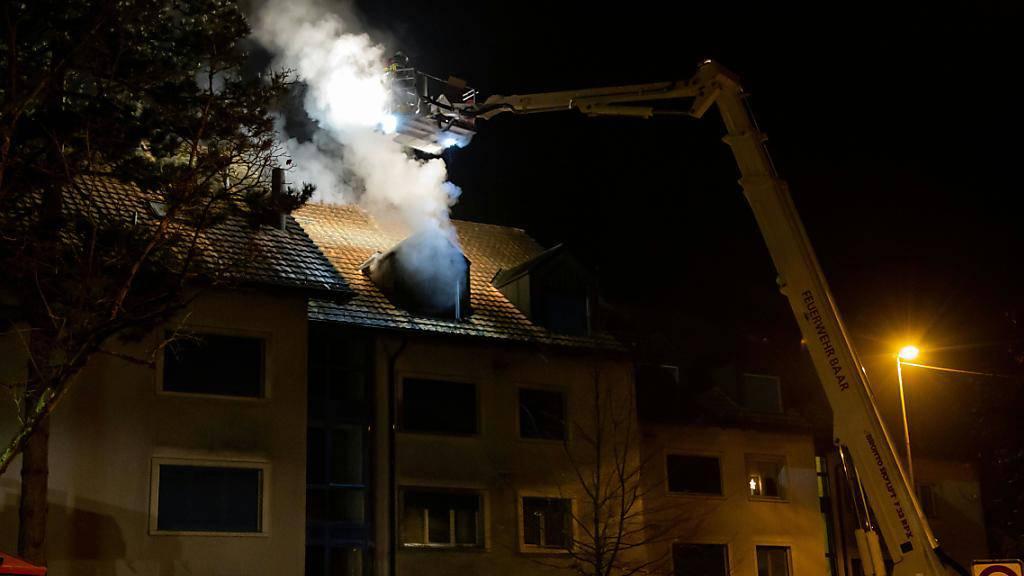 Flammen in einer Dachwohnung in Baar