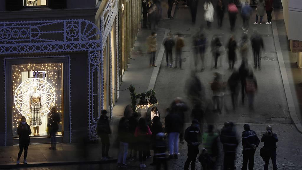 Menschen gehen entlang der zentralen Via Dei Condotti in der Innenstadt von Rom. Foto: Gregorio Borgia/AP/dpa