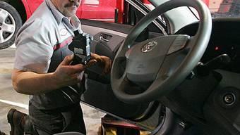 US-Techniker kontrolliert Gaspedal eines Toyotas (Archiv)
