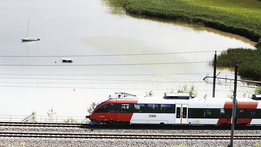 Ein Zug der österreichischen Bundesbahnen (ÖBB) unterwegs auf der Strecke. (Archivbild)