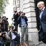 Boris Johnson, Premierminister von Großbritannien, kehrt nach einer Kabinettssitzung im Foreign and Commonwealth Office (FCO) in die Downing Street 10 in London zurück. Foto: Stefan Rouseau/PA Wire/dpa