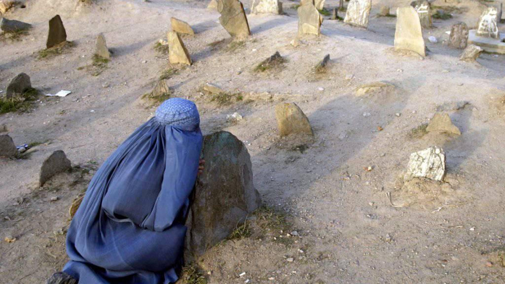 Eine afghanische Frau beim Besuch auf einem Friedhof in der Haupstadt Kabul. (Archivbild)