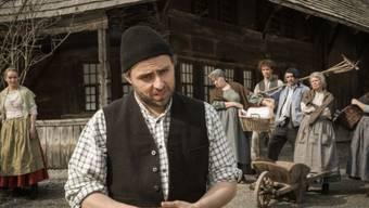 Bernhard Schneider als Ueli vor dem stattlichen Emmentaler Haus auf dem Ballenberg