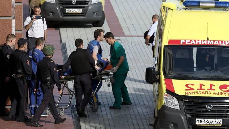 Nach einer Schiesserei in einem Moskauer Gericht wird ein Verletzter abtransportiert