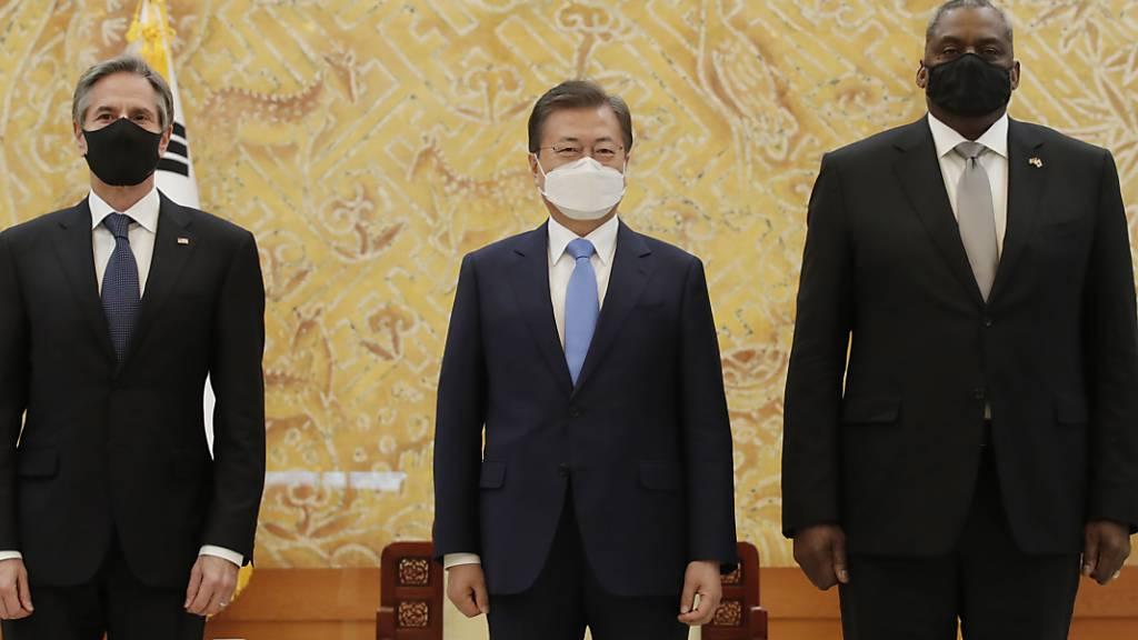 Der südkoreanische Präsident Moon Jae-in (M) steht mit Antony Blinken (l), US-Außenminister, und Lloyd Austin (US-Verteidigungsminister), als sie vor ihrem Treffen im präsidialen Blauen Haus für ein Foto bereit stehen. Foto: Lee Jin-Man/AP POOL/dpa