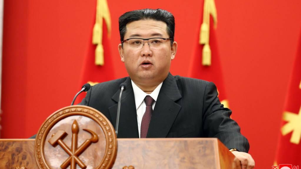 Auf diesem von der staatlichen nordkoreanischen Nachrichtenagentur KCNA zur Verfügung gestellten Bild spricht Kim Jong Un, Machthaber von Nordkorea, bei einer Veranstaltung zur Feier des 76-jährigen Bestehens der Arbeiterpartei des Landes.