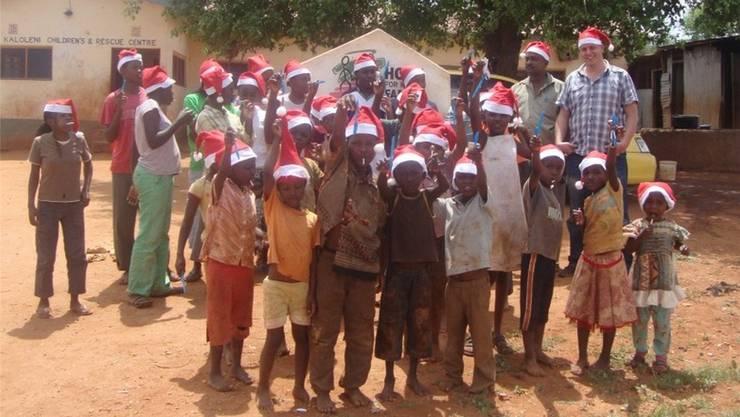 Sandy Ambil (rechts mit kariertem Hemd) ist vom Hilfswerk «Hope for Kenya Family» beeindruckt.zvg