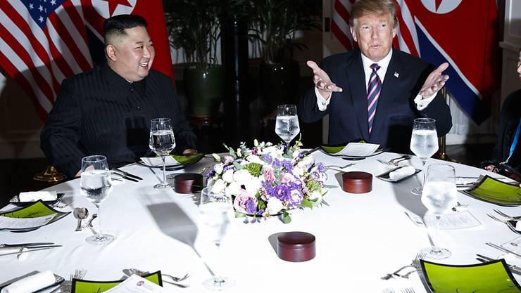 Nordkoreas Machthaber Kim Jong Un und US-Präsident Donald Trump beim gemeinsamen Abendessen in der vietnamesischen Hauptstadt Hanoi.