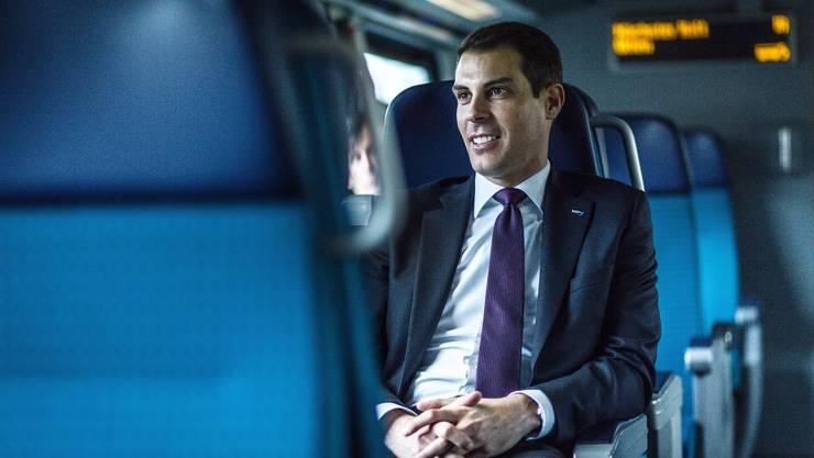 FDP-Nationalrat Thierry Burkart, hier im Zug unterwegs nach Bern, kann einen Etappensieg feiern.