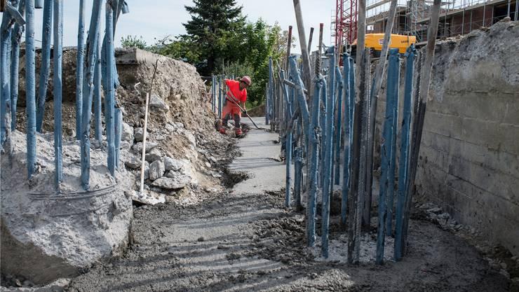 Kräftige Armierungseisen werden die Brückenpfähle mit der Fahrbahnplatte der Brücke verbinden. az Archiv