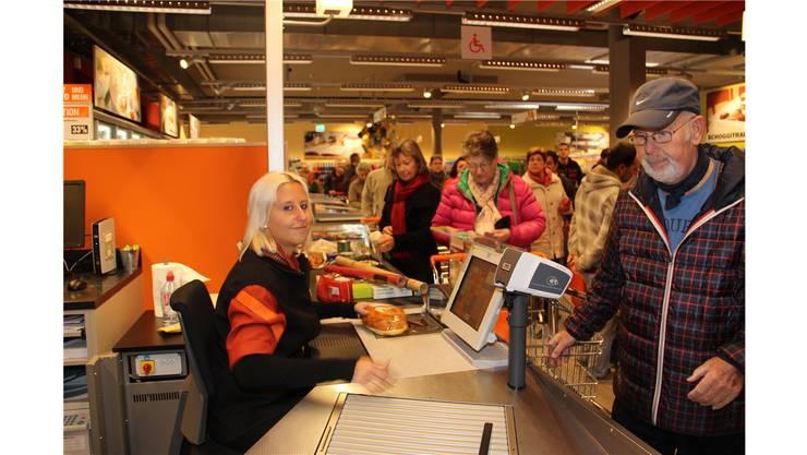 In der Migros standen die Einkaufslustigen am Eröffnungstag Schlange. Das Parkhaus war bereits um 10 Uhr voll.