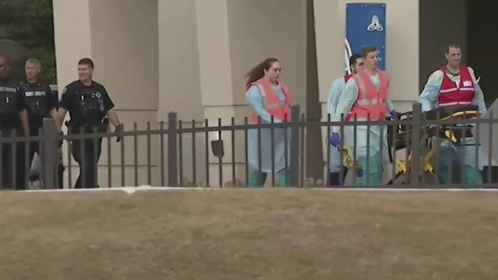 Nothelfer im Einsatz auf dem Stützpunkt Pensacola in Florida.  Dort hat ein Soldat aus Saudi-Arabien drei Menschen getötet.
