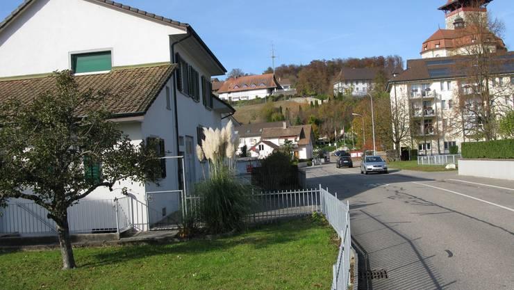 Das Dreifamilienhaus Neufeldstrasse 10 (Vordergrund rechts) liegt in unmittelbarer Nähe des Betreuungs- und Pflegezentrums Schlossgarten (rechts).