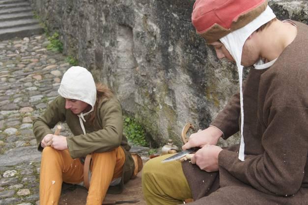 Aus Holz werden Löffel geschnitzt