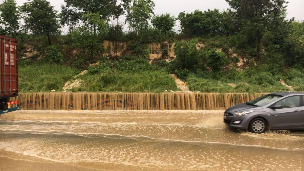 Durch den starken Regen und Unwetter kam es zu Überschwemmungen in verschiedenen Regionen der Schweiz.