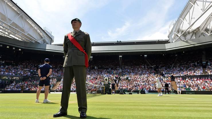 Roger Federer (r.), während seiner Zweitrundenpartie gegen Sam Querrey) darf am «Manic Monday» einmal mehr auf dem Centre Court antreten.